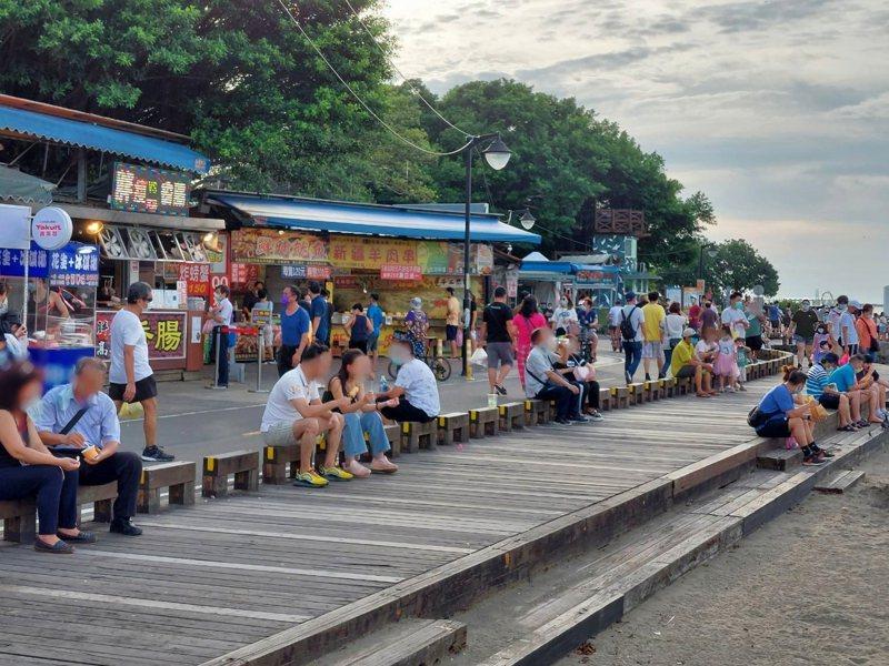 防疫指揮中心宣布微解封措施,但仍禁止民眾去海邊,圖為7月4日八里左岸聚集許多遊客。圖/八里區公所提供