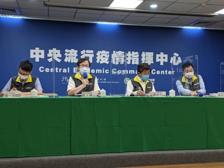 醫療應變組副組長羅一鈞(由左至右)、發言人莊人祥、指揮官陳時中、副指揮官陳宗彥。...