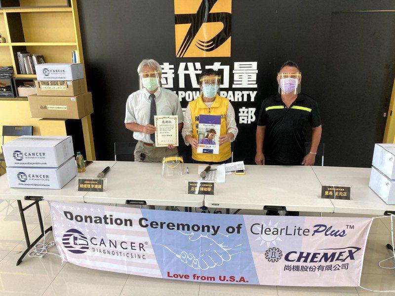 台南市尚機公司捐贈美國實驗室常用的抗菌防護面罩。圖/陳椒華服務處提供