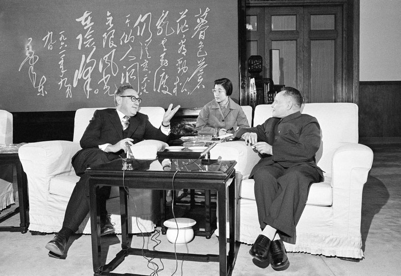 50年前季辛吉訪中,以「聯中制俄」策略改變了全世界的格局,圖為1974年季辛吉(左)訪中,與鄧小平(右)會面。美聯社