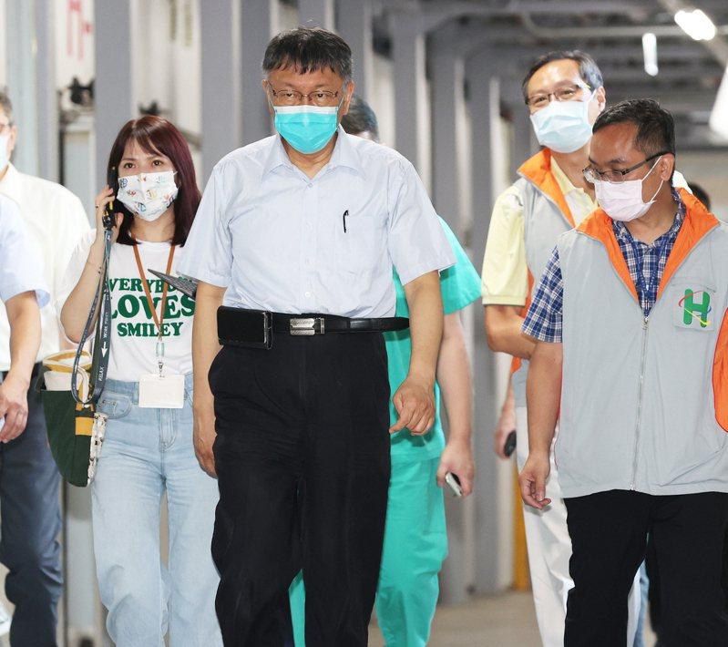台北市長柯文哲(中),最近大動作向民進黨宣戰,聲勢再攀升。圖/聯合報系資料照片
