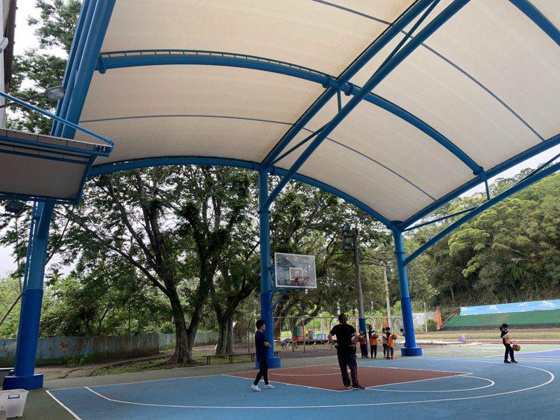 新竹縣運動場館微解封,校園、操場也交由各校決定是否開放。記者巫鴻瑋/攝影