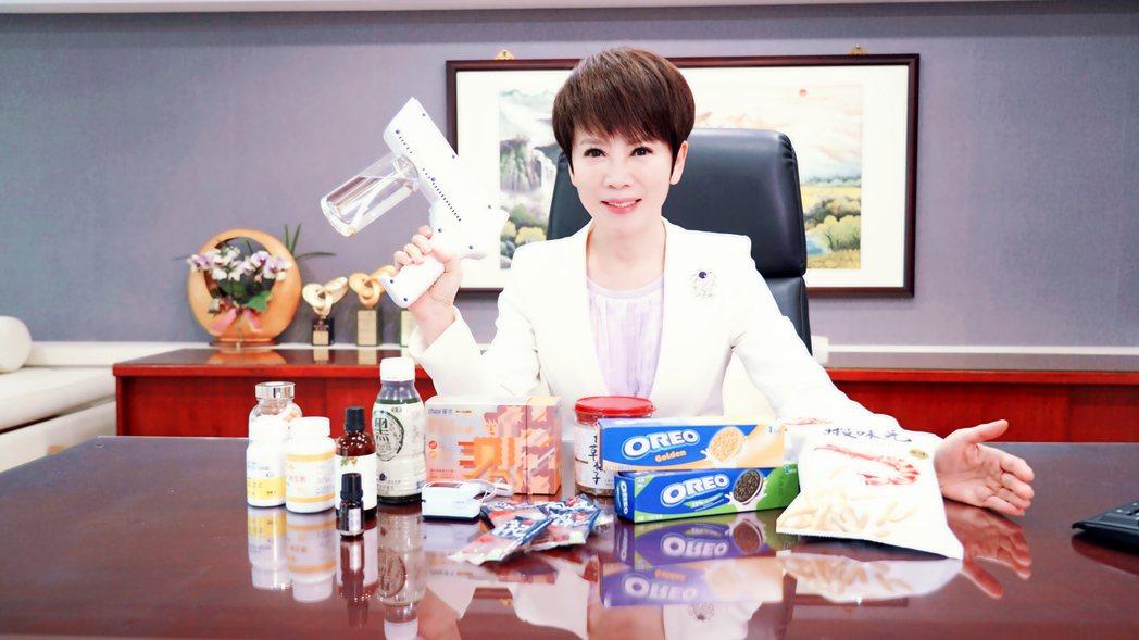 陳雅琳秀出辦公桌上滿滿的補品和食物。圖/華視提供
