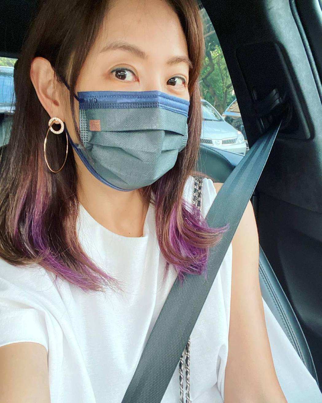 賈永婕戴著老公訂做的口罩為公益奔走。圖/摘自臉書