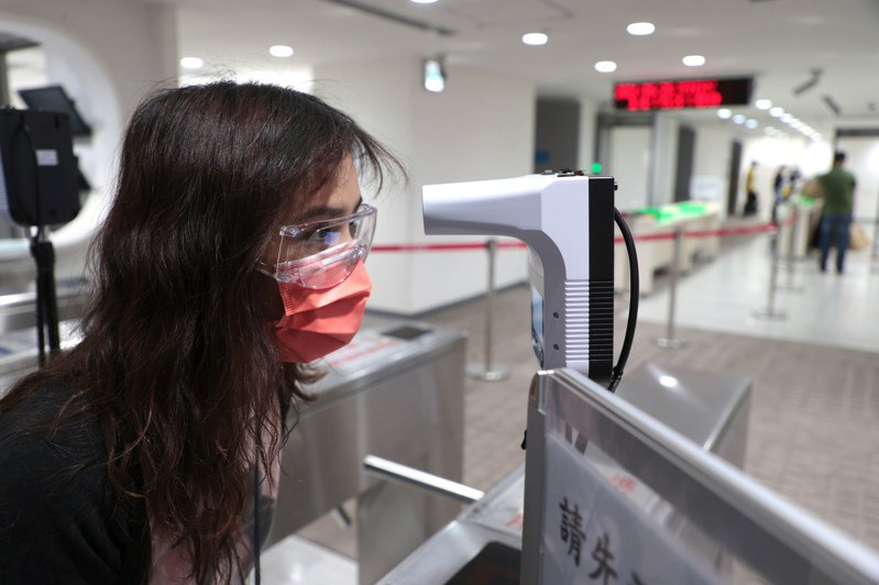 104資訊科技資深副總暨人資長鍾文雄說,未來門禁處設置可同時刷卡、量體溫、消毒的配備,會逐步成為職場標準防疫樣態。圖/聯合報系資料照片