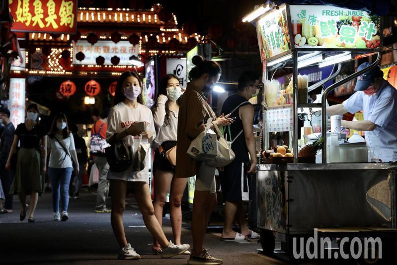 柯文哲今日宣布明起雙北餐飲、夜市等開放內用,並補充道「夜市不能邊走邊吃」。圖為北市饒河夜市。記者許正宏/攝影
