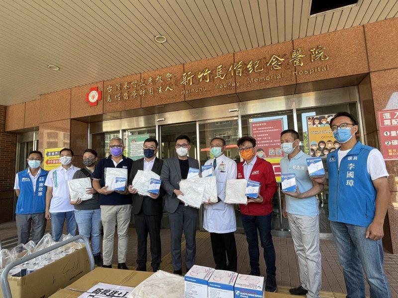 國民黨主席江啟臣今天到新竹市馬偕醫院,捐贈防護衣、醫療用口罩等防疫物資,多名立委、議員都到場陪同,議長許修睿也加碼捐贈清涼飲料。記者張裕珍/攝影