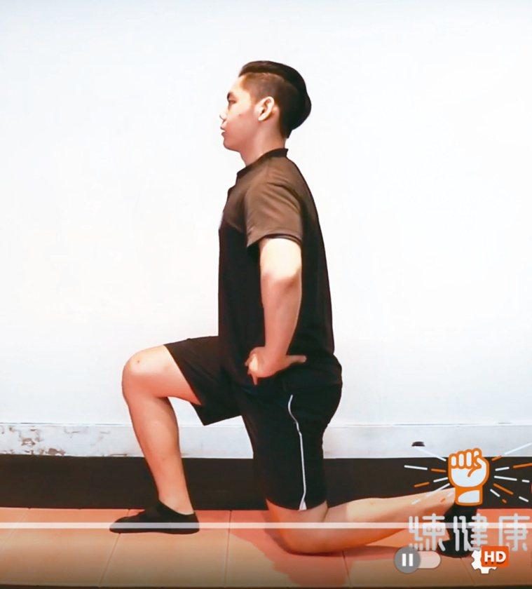 分腿蹲減壓不傷膝,同時加強下肢肌群。圖/練健康提供