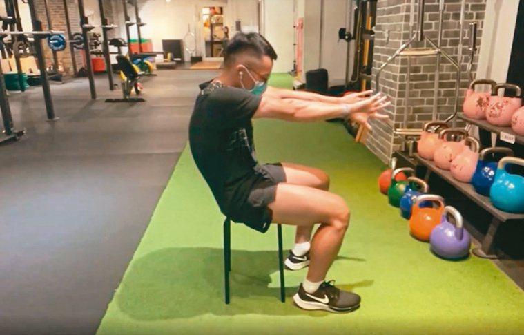 透過手部的動作伸展全身脊椎。圖/WaCare提供