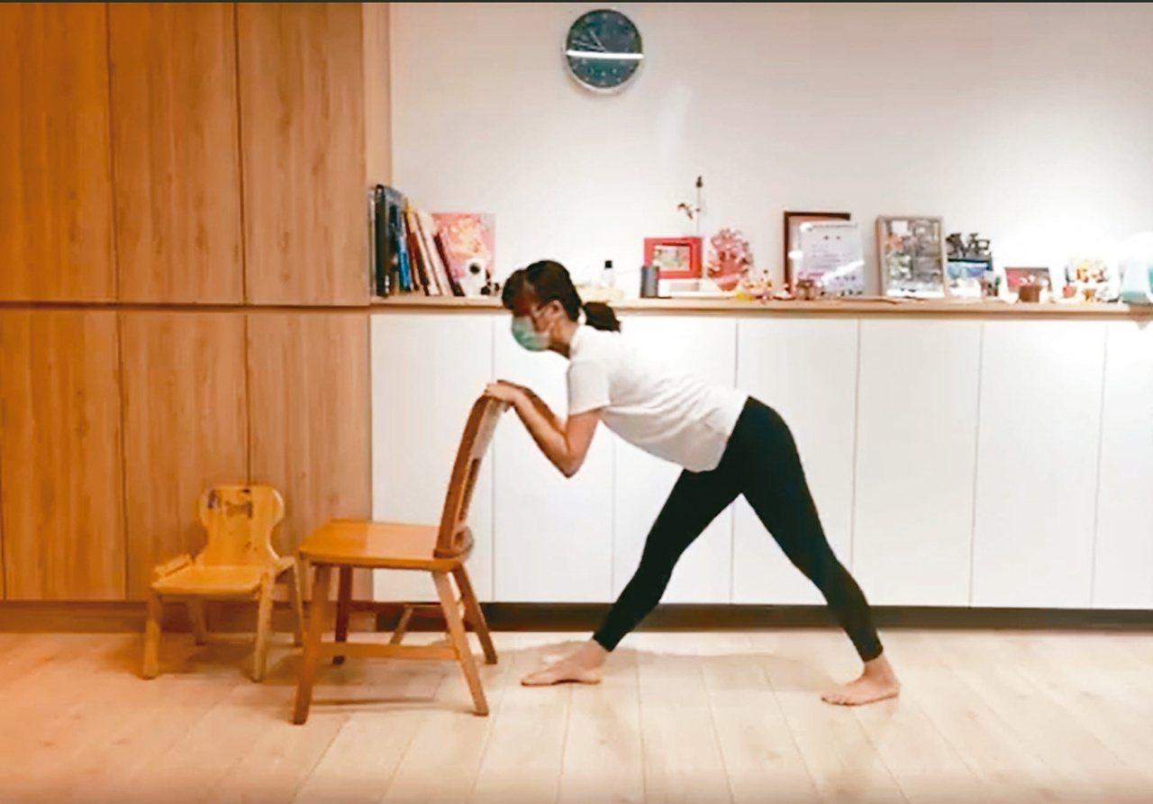 藉由椅子輔助,穩定安全地進入動作。圖/WaCare提供