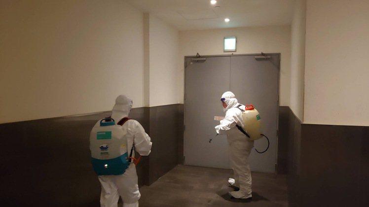 微風信義因專櫃人員確診,進行館內外清潔消毒。圖/微風提供
