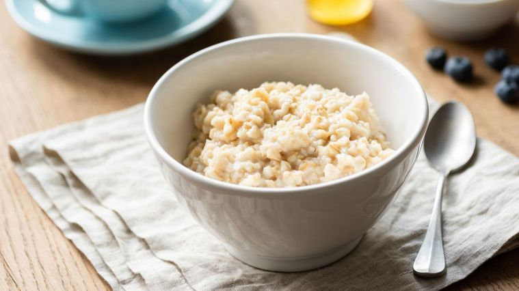 燕麥含有豐富的營養,許多人會將燕麥做成料理,做為控制體重常見的主食。圖/Canv...