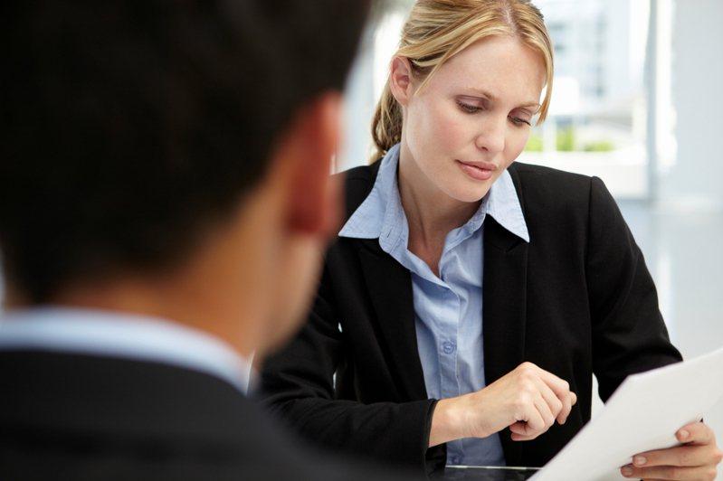一名網友求職收到錄取通知當天,被雇主要求「先填好1張文件」,許多人一看趕緊勸退他。示意圖/ingimage