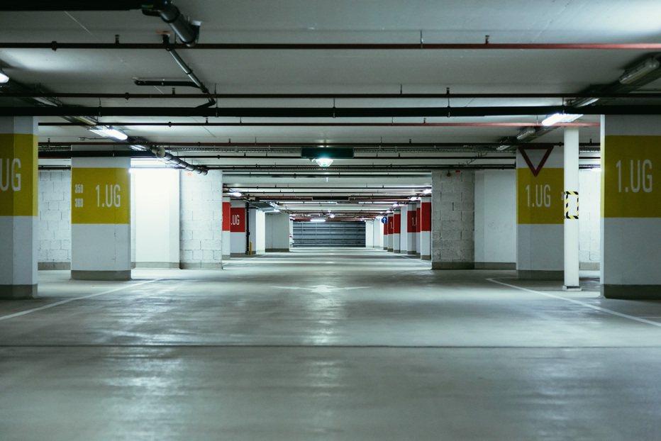 一名網友好奇「停車位該買在哪樓層?」沒想到許多人都因為3點原因選了同一個樓層。示...