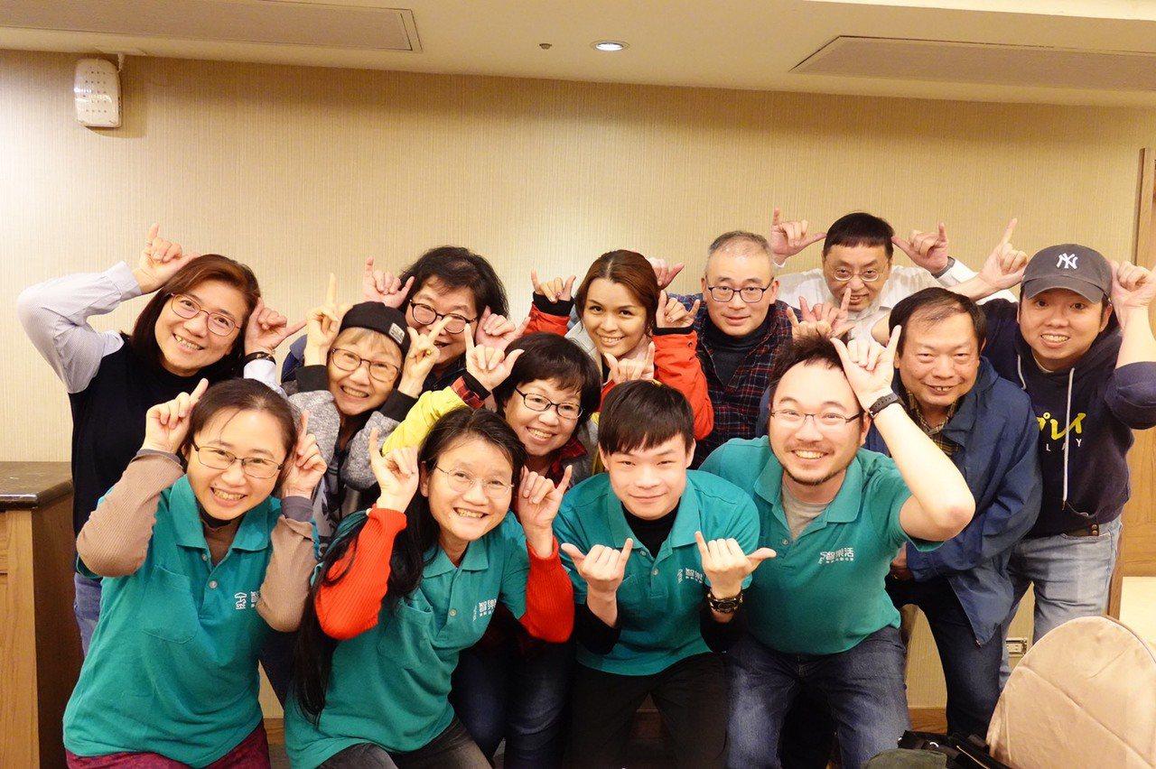 我們最重要的夥伴-講師們的合照。 圖/智樂活樂齡活動社群 提供