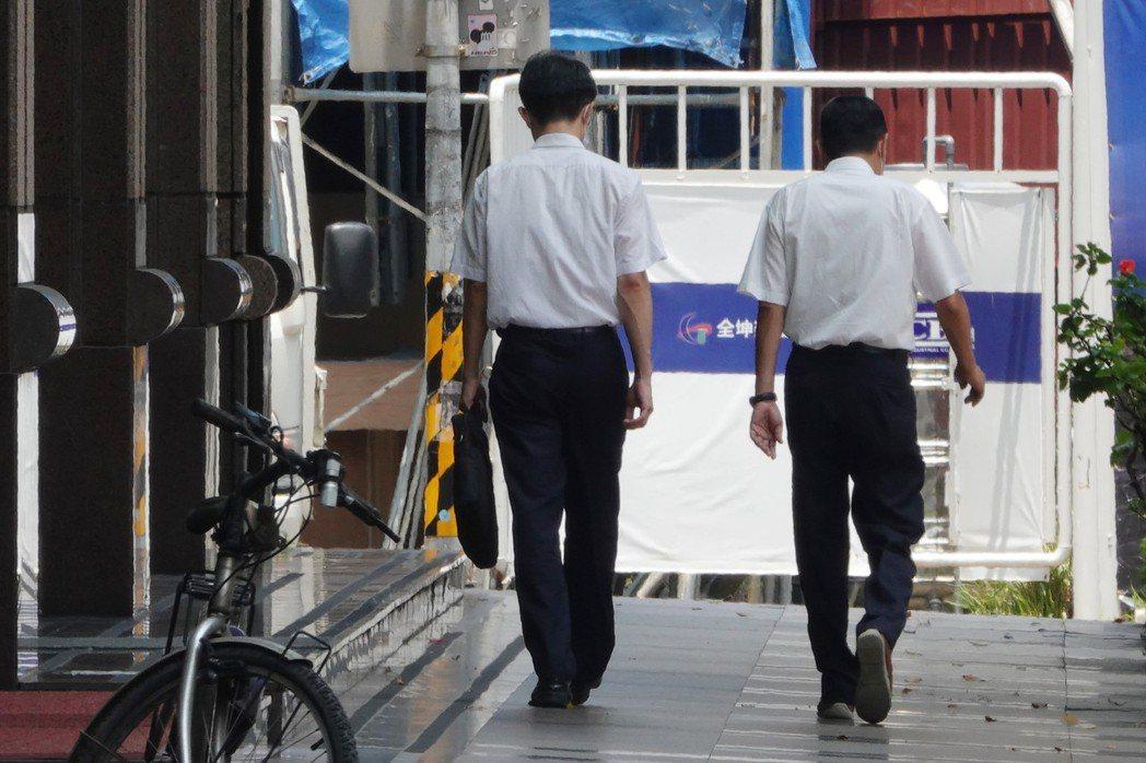 5月失業率跳升至4.11%,加上消費者物價指數(CPI)年增2.48%,兩者加總...