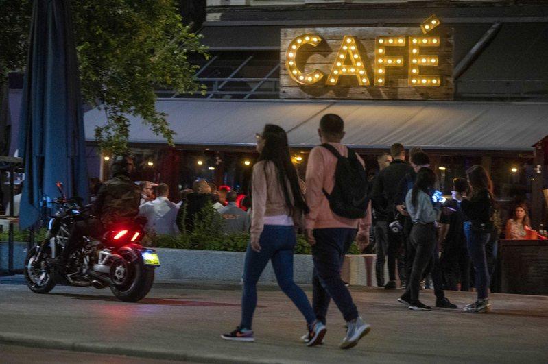 荷蘭政府今天起啟動緊縮防疫措施,除關閉舞廳夜總會外,民眾在餐廳吃飯,座位須保持1.5公尺距離。 歐新社