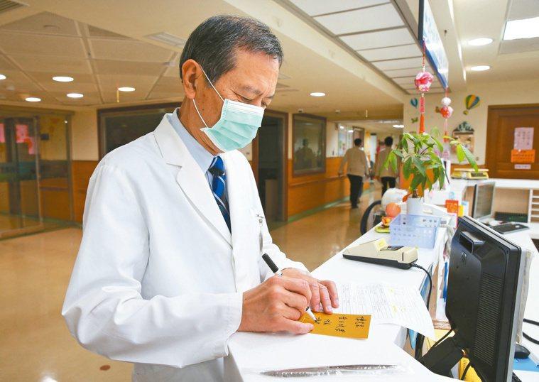 許惠恒在任職中榮院長期間,提倡感動式服務,常透過信函與病患、家屬互動(圖),糖尿...
