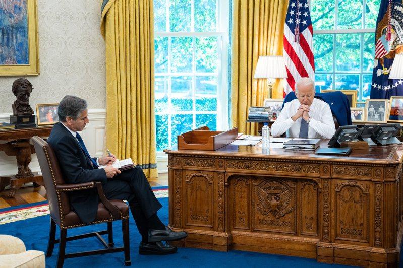 美國總統拜登(右)9日與俄羅斯總統普亭通話,美國國務卿布林肯(左)也在場參與。取自白宮推特。