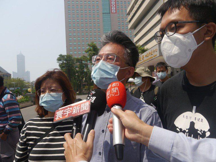 反萊豬進口的醫師蘇偉碩(中)投入爭取疫苗活動,要向蔡英文總統表達不滿。圖/本報資...