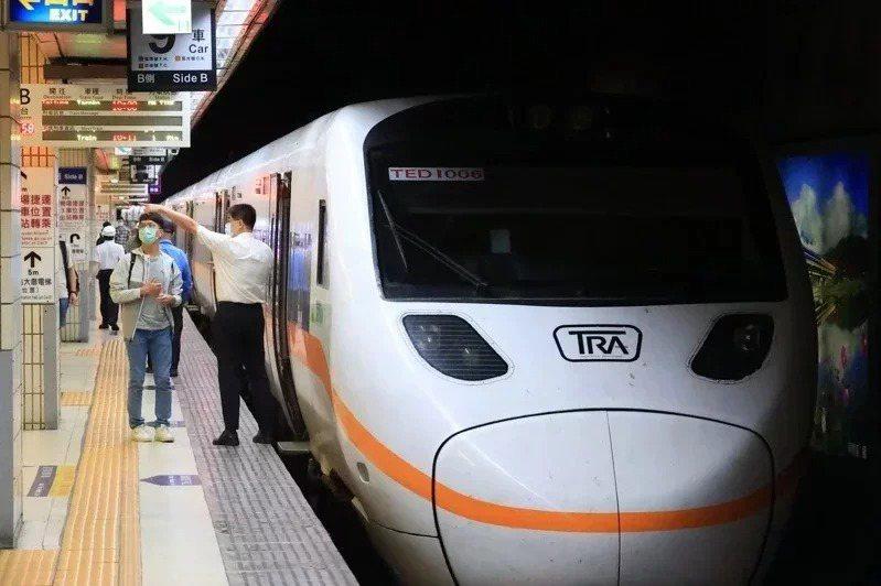 配合微解封,台鐵局恢復部分列車行駛。本報資料照片