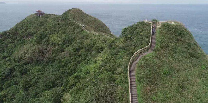 鼻頭角稜谷步道沿著山勢而行,有石階是合適的健行路線。圖/報系資料照,記者黃義書/攝影