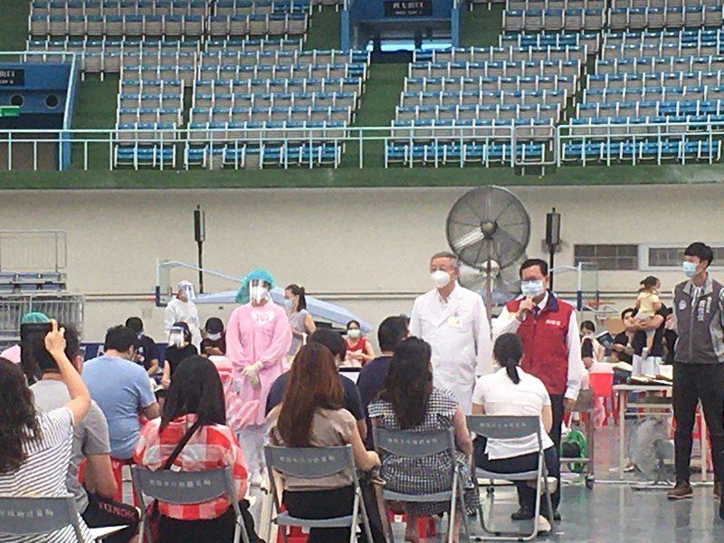 桃園市長鄭文燦表示,桃園預計13日至15日開放50歲到64歲和領有重大傷病民眾網路預約接種,16日開始施打。本報資料照片