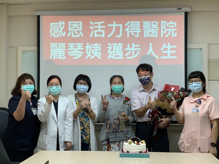 資收婦人歷時五個月治療,今天拆線出院,院方準備蛋糕為她慶祝。記者王昭月/翻攝