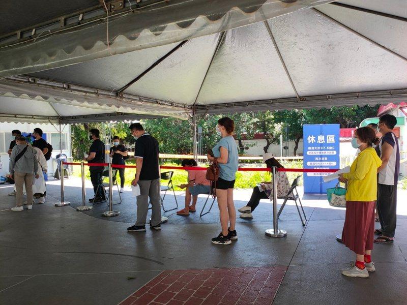 竹東戲曲公園11日至16日莫德納疫苗施打名額已額滿;日前民眾於戲曲公園排隊打疫苗情形。圖/竹東鎮公所