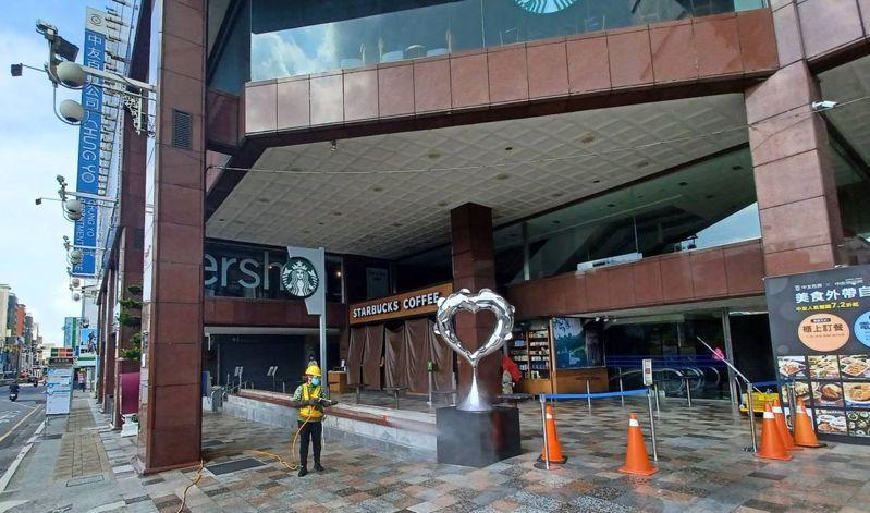 台中市環保局今天至中友百貨周邊清消。圖/台中市環保局提供