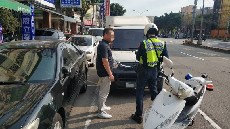 警方指出,比起一般違規停車,並排停車向來是警方取締重點,也被歸為重大違反交通規則的行為。圖/警方提供