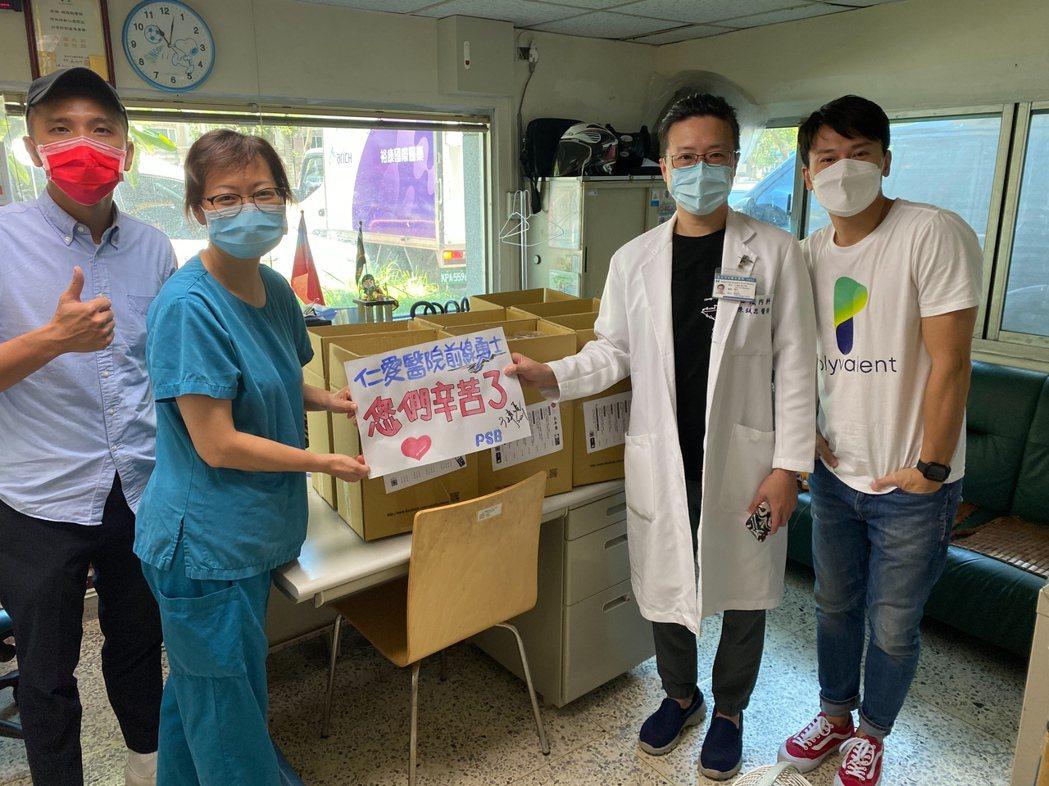 王建復(右)投資的日式餐酒館Ps sakebar和好戰友捐贈便當給仁愛醫院醫護人