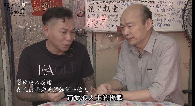 韓國瑜(右)向「行善麵店」業者顏維勳(左)認購一千碗愛心待用麵。圖/擷取自韓國瑜臉書