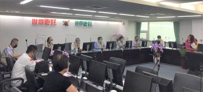 台南市長黃偉哲率市府團隊與餐飲業者及職業公會開會討論內用防疫事宜。圖/勞工局提供