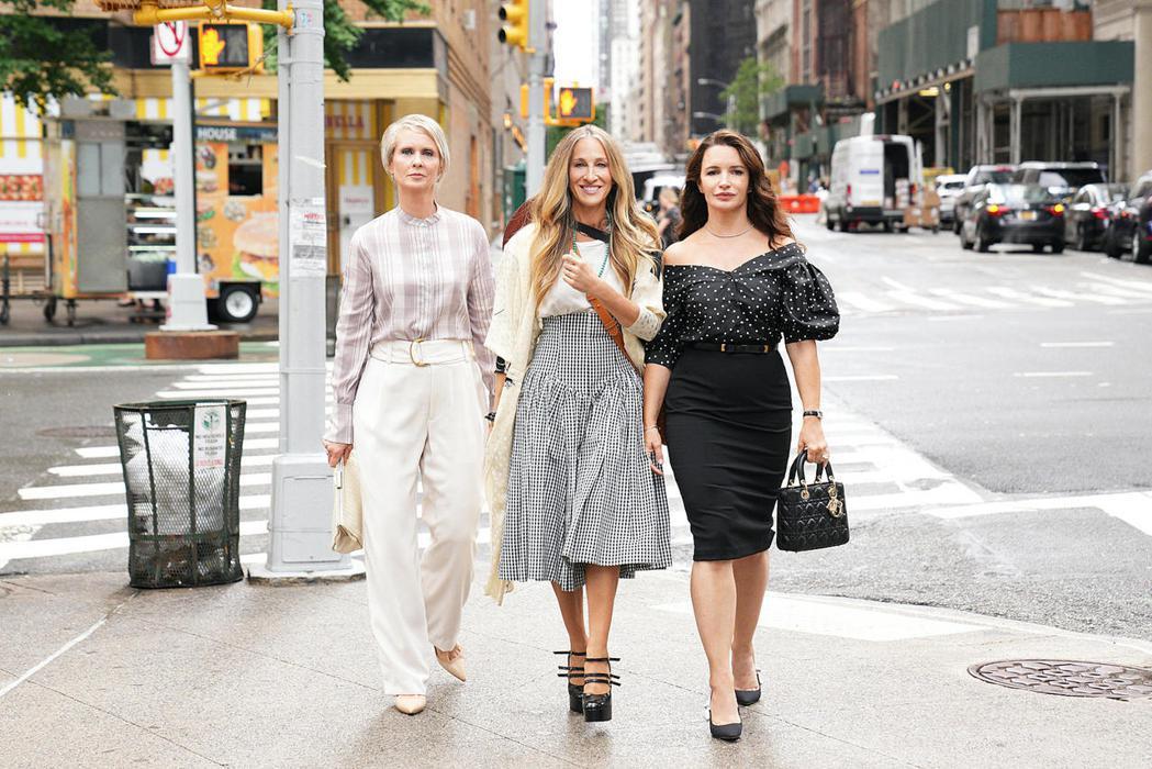 辛西亞尼克森(左起)、莎拉潔西卡派克、克莉絲汀戴維斯再度同聚回歸「慾望城市」影集