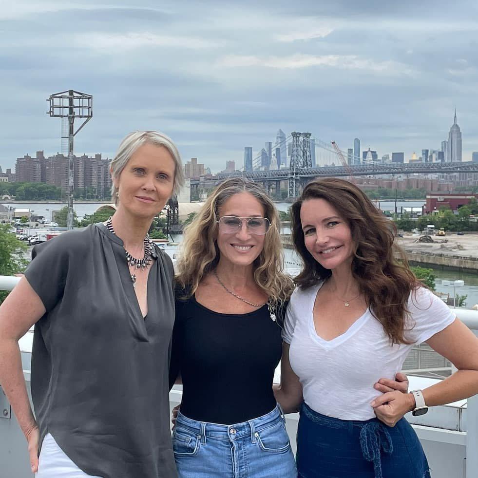 辛西亞尼克森(左起)、莎拉潔西卡派克、克莉絲汀戴維斯皆回歸「慾望城市」影集,僅有...