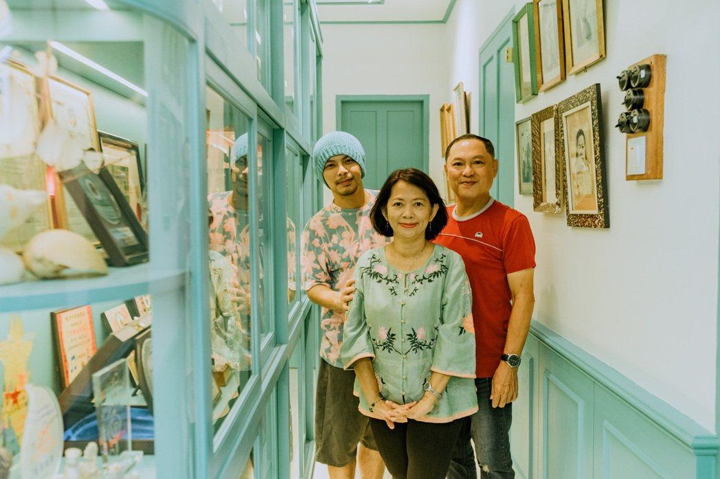 黃明志(左)翻修老家規劃歷史迴廊,展示三代不同回憶與風情。圖/亞洲通文創提供