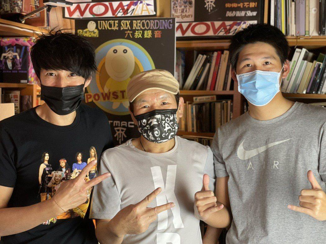 趙傳(中)、DJ Dennis (左)和體育主播王博麟在PODCAST上大聊籃球
