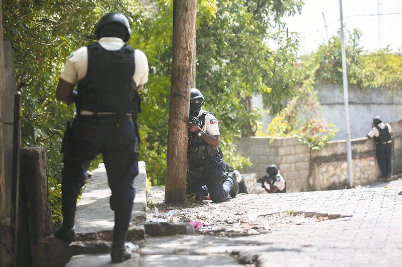 海地警方九日在總統摩依士遭暗殺的貝松市高級住宅區一帶地毯式搜索,緝捕在逃的嫌犯。(美聯社)