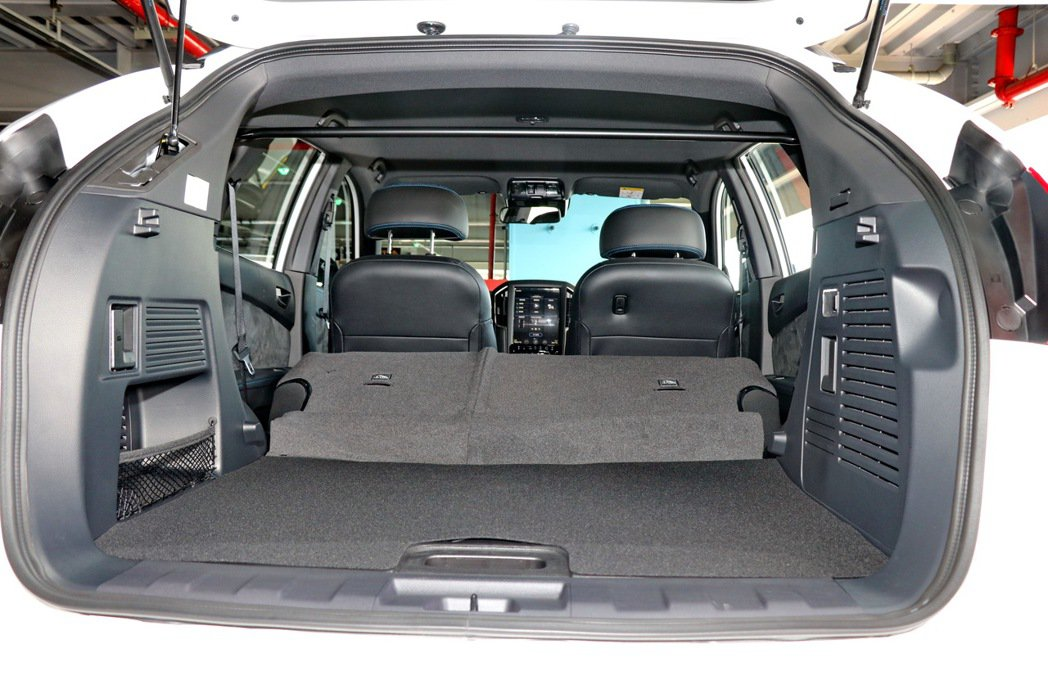 U6 GT藍調倍適版擁有中型休旅等級的後車廂空間。 記者陳威任/攝影