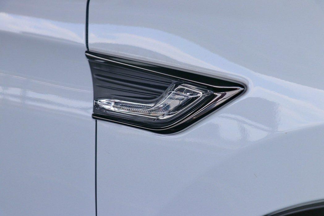 車側LED方向燈黑鉻式樣。 記者陳威任/攝影