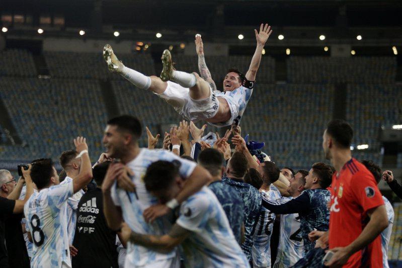 梅西率阿根廷奪下美洲盃冠軍。 新華社