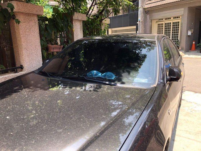 近日一名網友發文爆料爸爸疑似「偷內衣」,而且偷了之後還正大光明擺在汽車擋風玻璃前,結局曝光後一票網友全笑翻。圖/取自Dcard