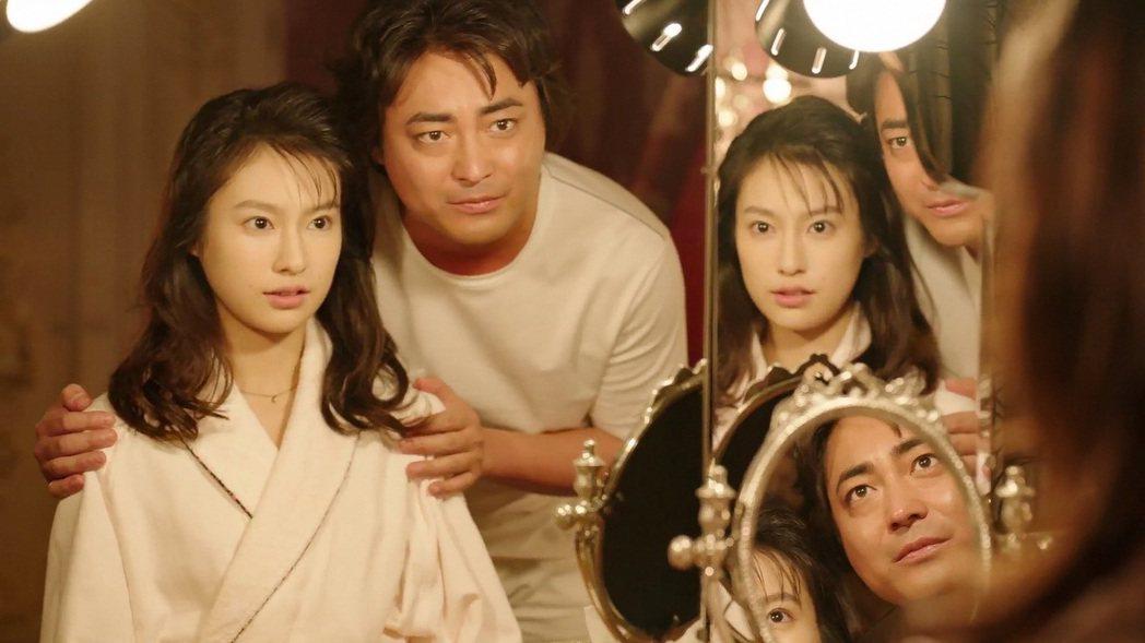 日本男星山田孝之(右)主演影集「AV帝王」第2季,他飾演的成人片名導村西透,劇中