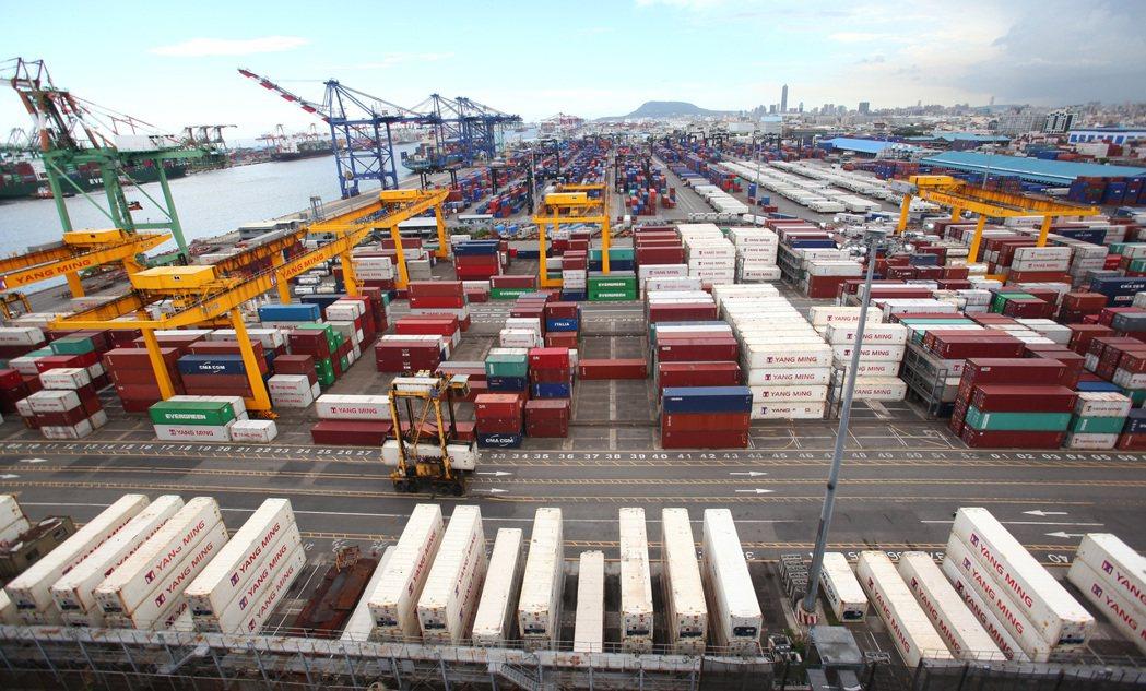 圖為高雄港貨櫃畫面。記者劉學聖/攝影