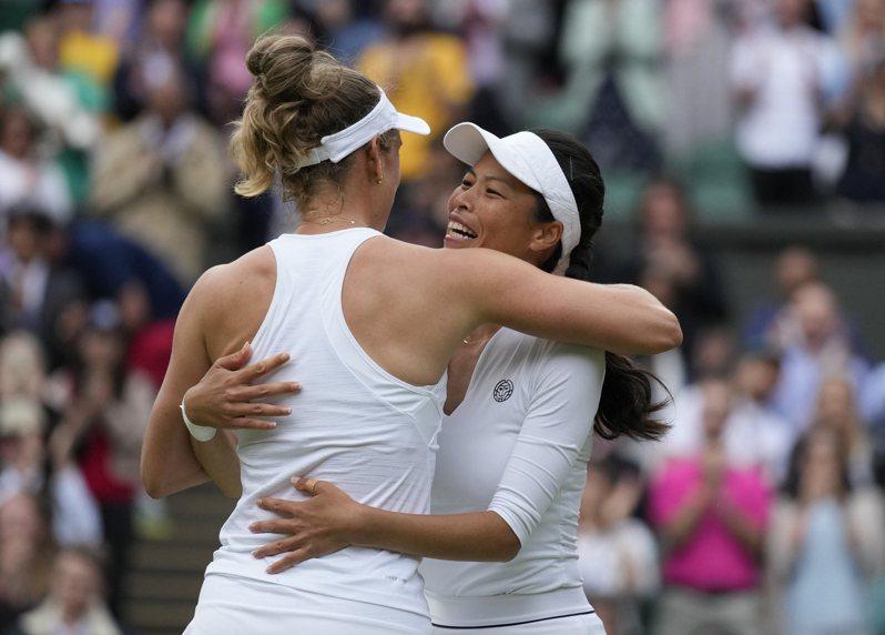 謝淑薇(右)與比利時搭檔梅騰絲在溫網女雙奪冠。 美聯社