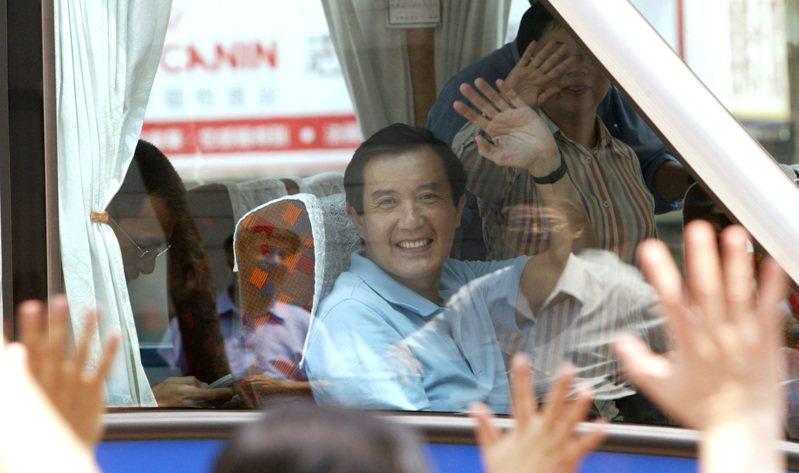 2007年7月11日,國民黨總統參選人馬英九上午由中央黨部出發,展開「台灣向前行-長住計畫」。圖/聯合報系資料照片