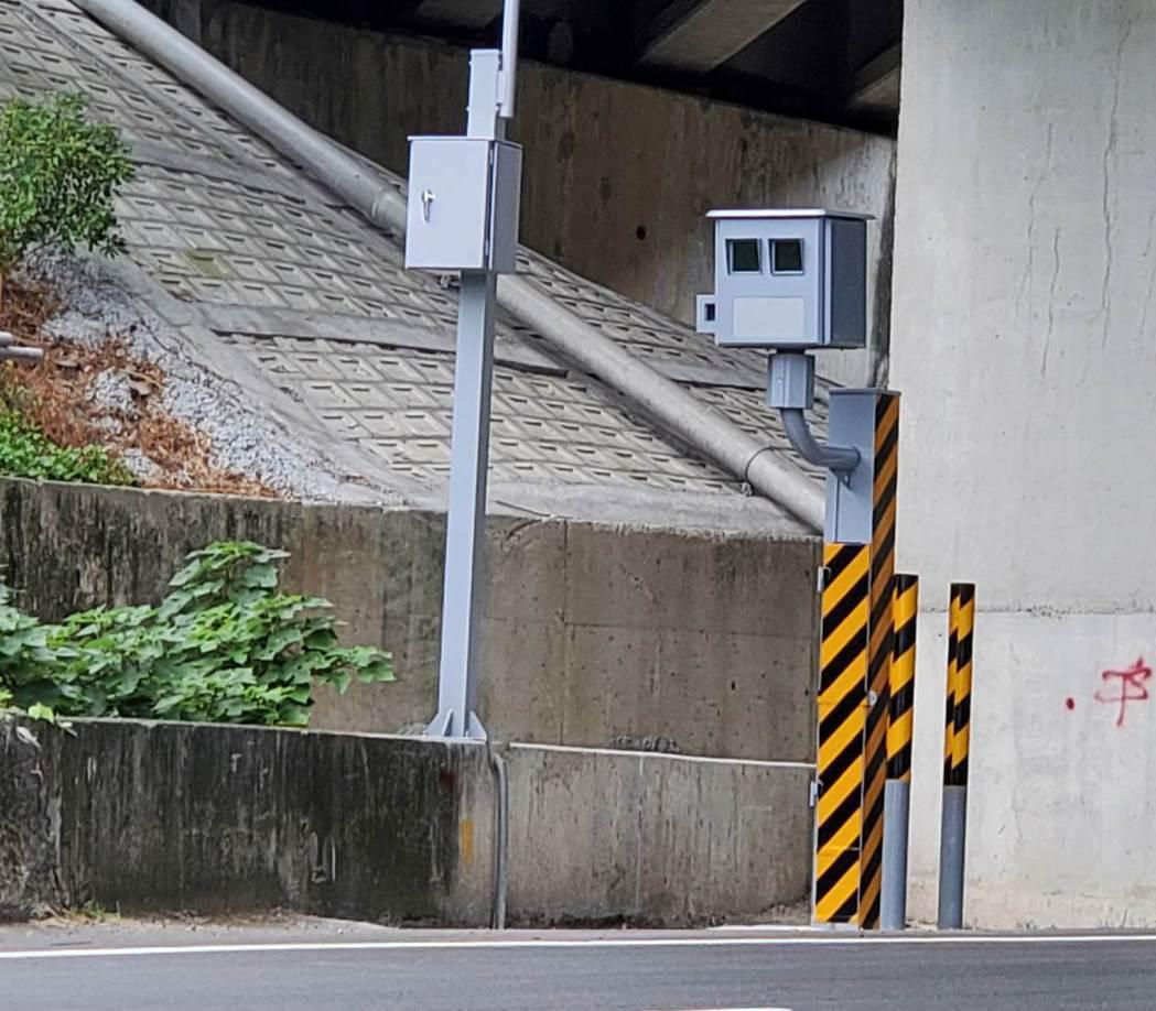 苗栗縣頭屋鄉尖豐路、中正街口附近,台13線24.2公里處固定式測速照相桿,今年上...