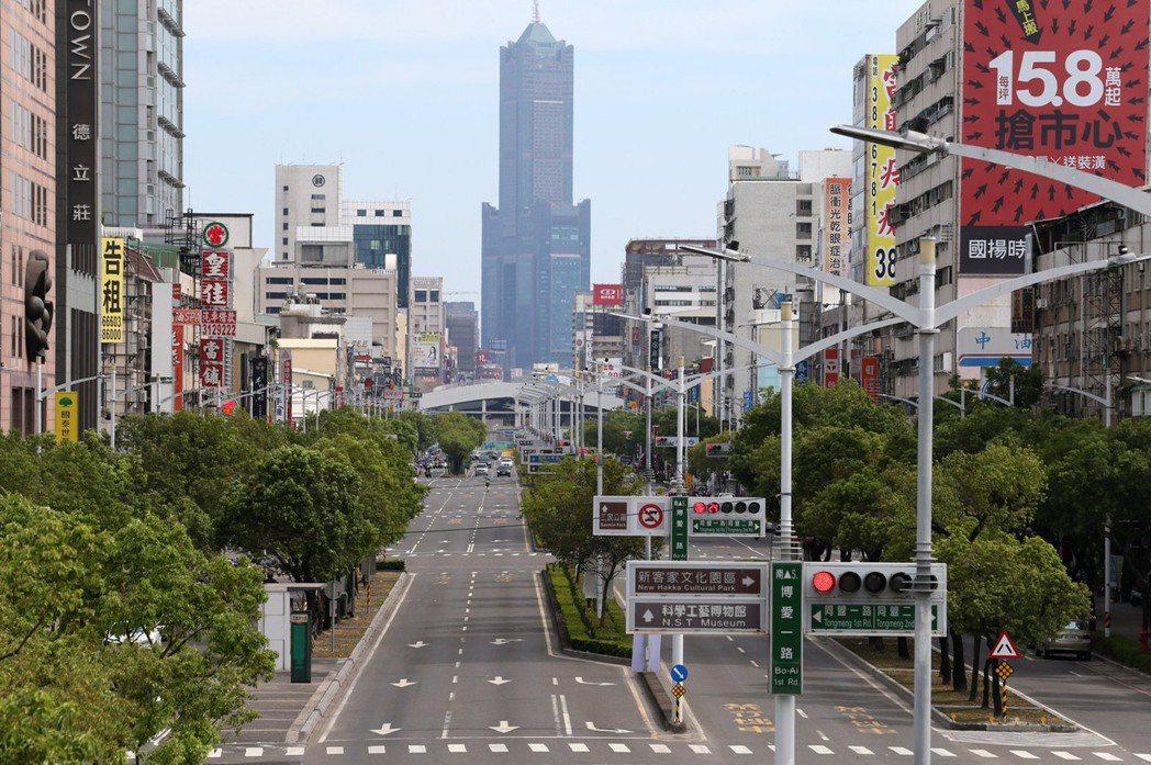 三級警戒期間車流減少,高雄鬧區道路空蕩蕩。本報資料照片