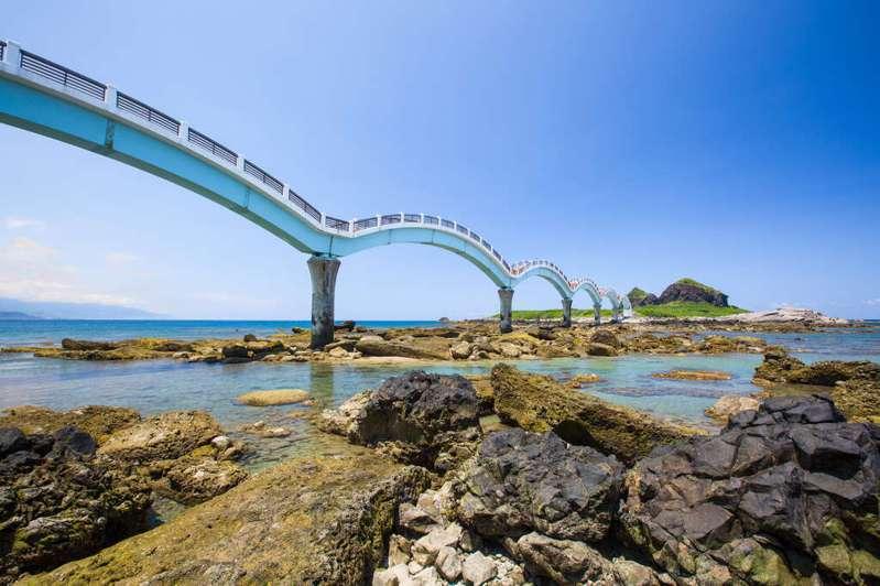 花東東海岸國家風景區13日局部景點起有條件開放。圖為三仙台。圖/東管處提供